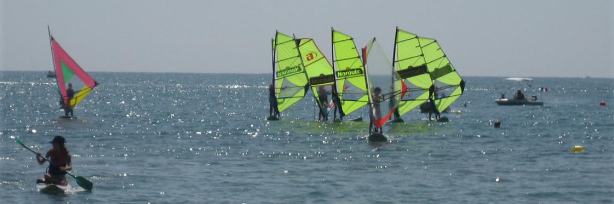 Clase de windsurf. Practicando la empopada.